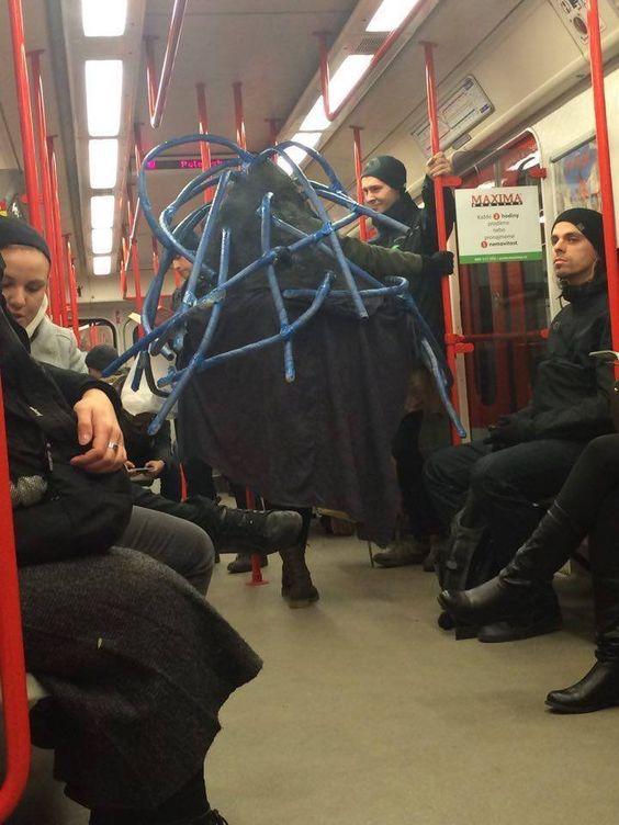 Jestli jste si mysleli, že už jste viděli opravdu vše a nic vás nevyvede zmíry, jste na velkém omylu. Zkuste se někdy projet vMHD a uvidíte, kolik zábavy si užijete. Tohle je 10nejbláznivějších divnolidí zpražských tramvají ametra.