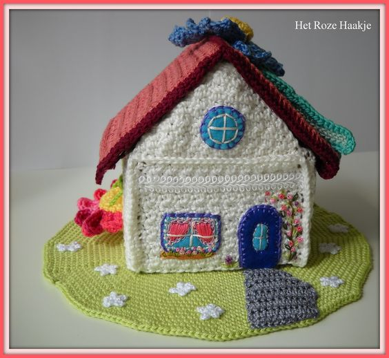 Crochet house with cardboard inside as a dloos house - ingenious