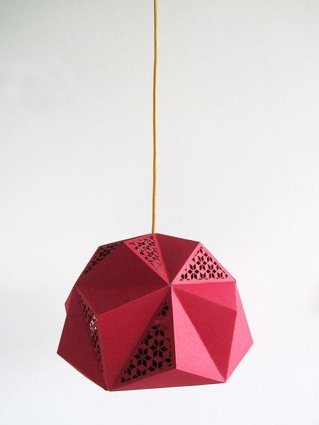 Geo lamp ico van studio bo m geeft een mooi schijnsel op de muur woonkamer - Ontwikkel een studio van m ...