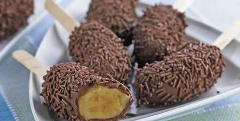Banana com chocolate no palito