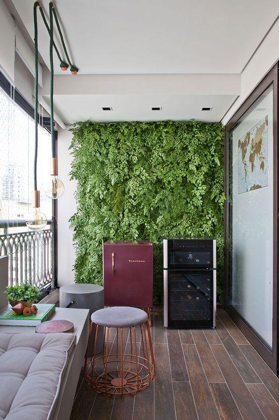 Decoração de apartamento. Na varanda, banco cinza, pendente, banco cinza, luz natural, jardim vertical, plantas. #decoracao #decor #details #casadevalentina