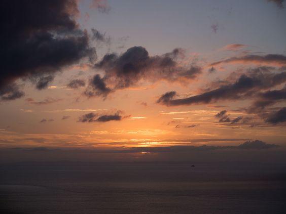 2013.07.07 糸島・火山から見る夕陽。太陽の下に壱岐が見える。手前の小さな島は烏帽子島。