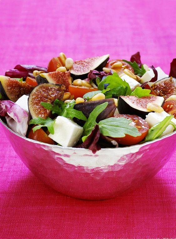 Salat mit Feigen, Feta, Tomaten und Pinienkernen | http://eatsmarter.de/rezepte/salat-mit-feigen-feta-tomaten-und-pinienkernen