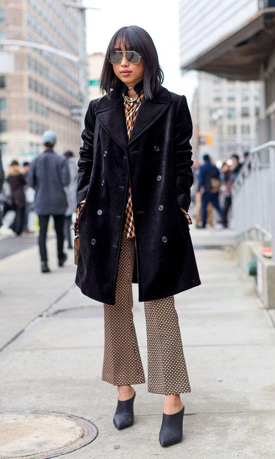 Street style look casaco preto, calçca cropped estampada e mule.