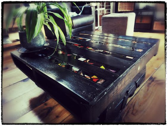 Coffee table - wooden pallets  New creation, always from wooden pallets recovered in an alley, disassembled and reassembled, all decorated with mosaics also recovered ...
