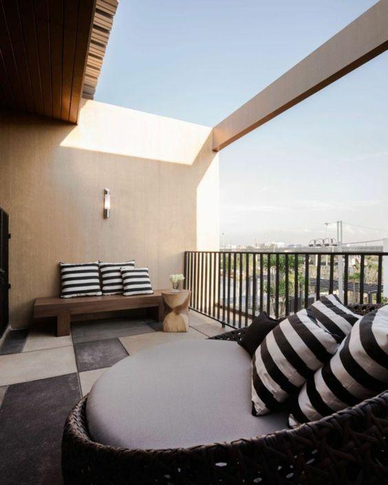 Moderne Terrassengestaltung – 100 Bilder und kreative Einfälle - moderne terrassengestaltung kleiner balkon gestreifte kissen design ideen korbmöbel