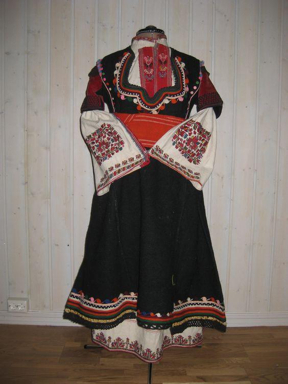 Празнична женска носия, района на Самоков, средата / края на XIXc ,: