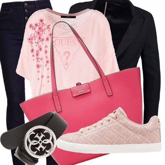 Solo GUESS per un rientro al lavoro glamour e casual: T-shirt ampia rosa chiaro con stampa romantica con logo e una cascata di petali rosa scuro su un latocoordinati alla borsa capiente, jeans attillati e blaser tutto in nero, sneakers rosa comode e cintura con logo in nero.