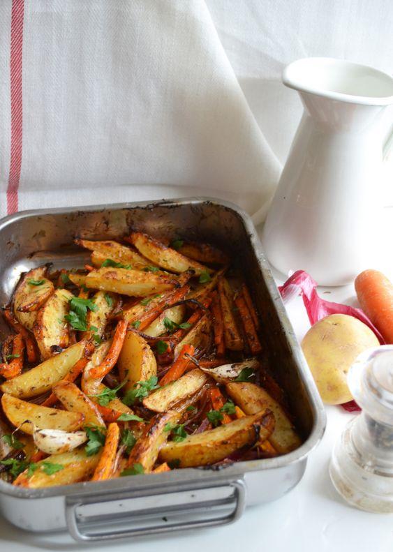 Salé - Légumes rôtis à la sauce BBQ, pour deux pers. : 3 pommes de terre de taille moyenne * 2 carottes * 1 oignon rouge * deux gousses d'ail en chemise * 2/3 brins de persil plat hachés * sel & poivre * 1 càs d'herbes de Provence * 3 càs d'huile de tournesol * 3 càs de sauce BBQ. Recette sur le site.