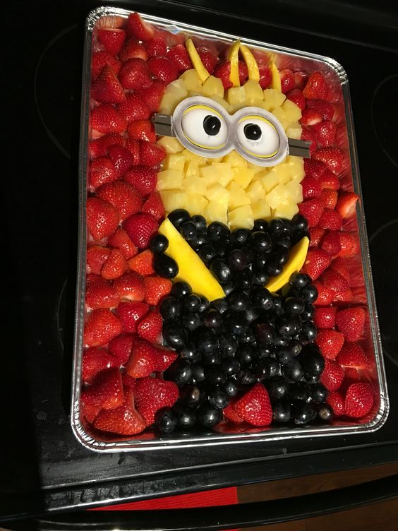 quick&easy:Minion fruit platter, finger fruit snacking party perfect Kevin is made of pineapples, strawberries,black grapes and mangoes for hands and hair.