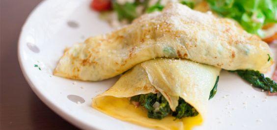 Pfannkuchen mit Grünkohl-Füllung sind einfach zuzubereiten, gesund und schmecken sehr fein. Schafskäse und Walnüsse sorgen für ein tolles Aroma.