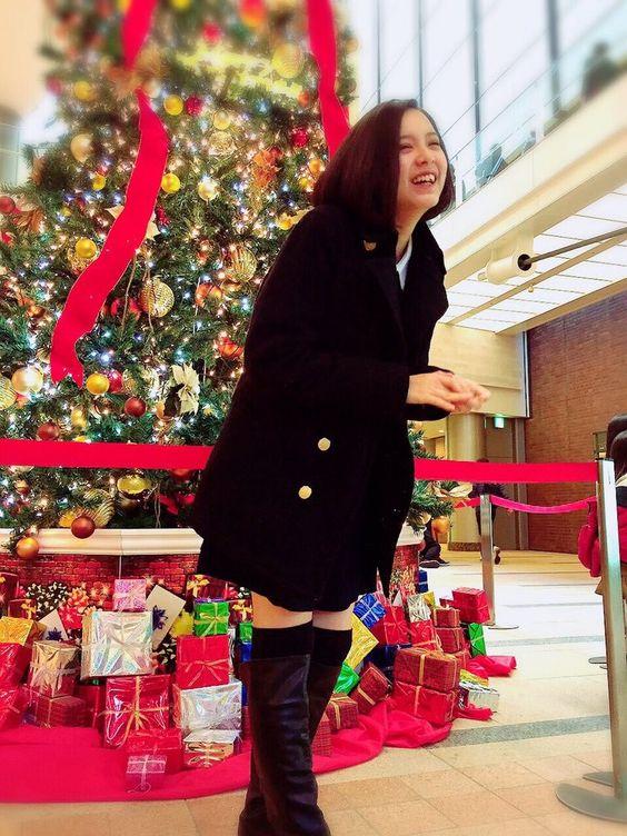 クリスマスツリーの前に立っている渡邊璃生の画像