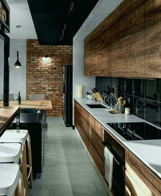 Une cuisine noire et bois à mi-chemin entre l'ambiance moderne et loft industriel New-Yorkais