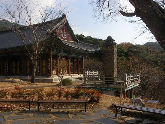 Không gian bên ngoài của ngôi chùa Donghwasa