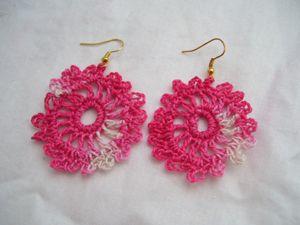 www.youtube.com/watch A linkre kattintva megtudhatod, hogy hogyan horgolhatsz egyszerűen, pár perc alatt egy dekoratív fülbevalót magadnak. Több színben is elkészíthető.