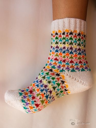 This pattern is knitted using mosaic colorwork and can resize easily.