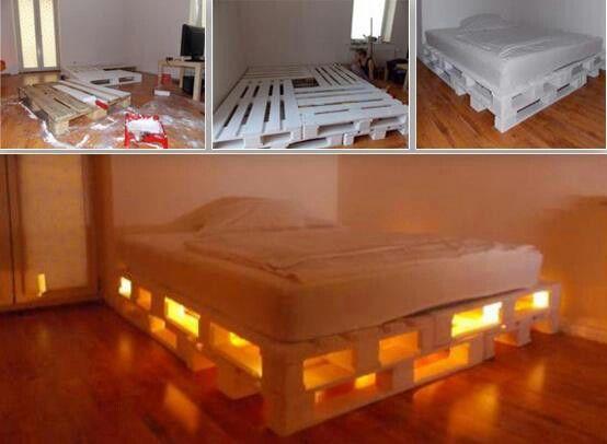 Cama con paletas recicladas e iluminaci n camas for Muebles de tarimas recicladas