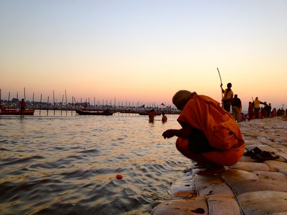 Everyone wants to dive into the meeting of the rivers Ganges and Yamuna, the most sacred to the Indians