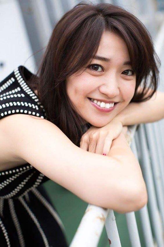 手すりに寄りかかる大島優子