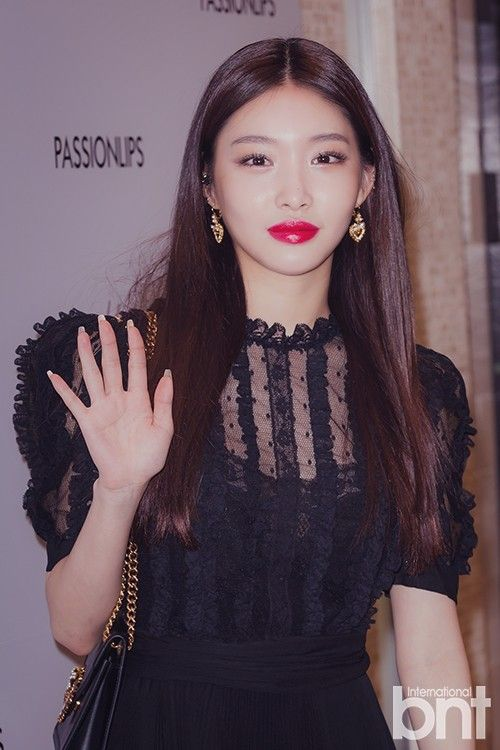 201015 Chungha For 100live X Dolce Gabbana Asian Beauty Girl Dolce And Gabbana Beauty Girl The italian beauty stuns in a closeup shot wearing scarlet red lips as well as smokey grey eyeshadow. 201015 chungha for 100live x dolce