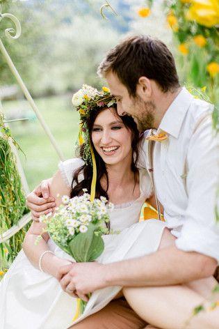 junges modernes Brautpaar mit lockerem Blumenkranz für die Brautfrisur (www.noni-mode.de - Foto: Tanja