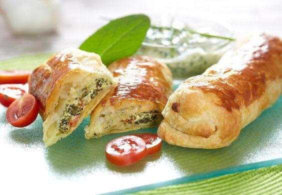 Glücklich im Strudel vereint: Quark, Spinat und Feta! Figurbewusste Genießer werden bei diesem gesunden Gemüserezept förmlich dahinschmelzen. Denn bei Ofenhitze gehen Quark, Spinat und Feta eine innige Verbindung ein. Ein vegetarischer Strudel mit wenig Fett und viel Protein-Power dank Mein Q Fitnessquark – dieses Kochrezept lässt wahrlich keine Wünsche offen! #MeinQ #MeinQMag