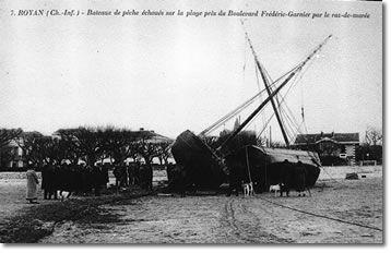 Bateaux échoués sur la plage aprés le raz de marée.