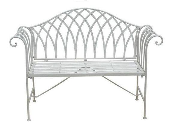 Diese Sitzbank von LANDSCAPE überzeugt durch ihr romantisches Design. Dank der Verarbeitung ausEisen und der Lackierung inWeißist sie ein geschmackvoller Hingucker in Ihrem Garten oder auf Ihrer Terrasse. Auf einer Breite von ca. 128 cm können Sie zu zweit die Sonne genießen und bei einem kühlen Getränk entspannen. Sie werden begeistert sein!