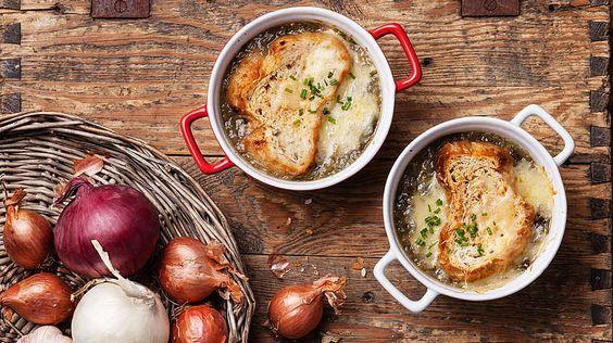 Essen auf Französisch.Frankreich ist nicht ohne Grund weltweit für seine qualitative und vielseitige Küche bekannt. In der frühen Neuzeit galt die französische Nationalküche als einflussreichste Landesküche Europas und prägte zugleich die Kochkunst des europäischen Adels. Vor allem die Pariser Zwiebelsuppe, Soupe à l'oignon, zählt auch außerhalb Paris' zu den beliebtesten Speisen der Franzosen. Schon im 18. Jahrhundert wurde die Suppe in den Pariser Markthallen angeboten. Charakteristisch…