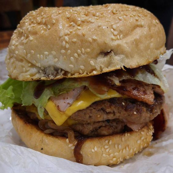 #Manbeast and I went to #TheRealBurgerCo last night for impromptu #DateNight  @anticycloptic had the #OldMate #burger - double patty #bacon and cheese with lettuce tomato and onions #townsville #townsvillefood #eattownsville #tsvfood #townsvillelife