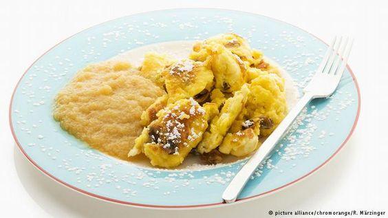 Kaiserschmarren podem ser servidos com compota de frutas ou purê de maçã, como na foto