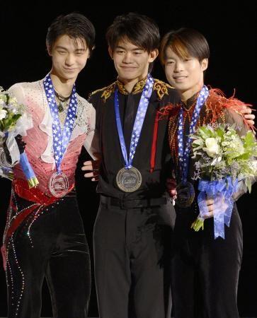 2012GPアメリカ 表彰台を独占した(左から)2位の羽生結弦、優勝した小塚崇彦、3位の町田樹の3選手