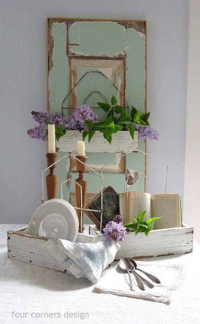 Caisses en bois, vaisselle, livres & fleurs font bon ménage...