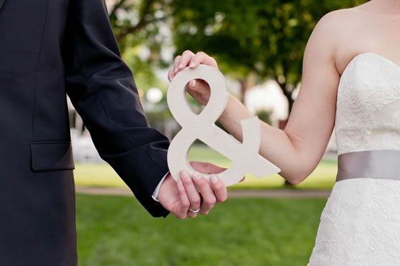A simple ampersand prop makes for an adorable wedding photo! Photography by Studio Dizon.