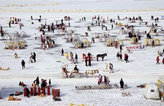Lễ hội câu cá trên sông băng thu hút nhiều người tham gia