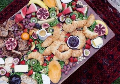 AN EASY (AND IMPRESSIVE) BRUNCH TABLE PLATTER