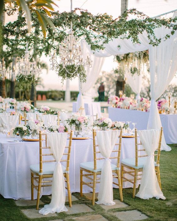 Clean white linens paired with hanging greenery and romantic florals were the perfect choice for an elegant, outdoor Bali celebration! 👌 #theknot 📷: @gregfinck Planner: @baliexclusivewedding | Floral design: @hernigloriosa