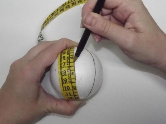 3º Passo: se achar necessário, utilize a fita ou outro material flexível para estender a marcação dos gomos.