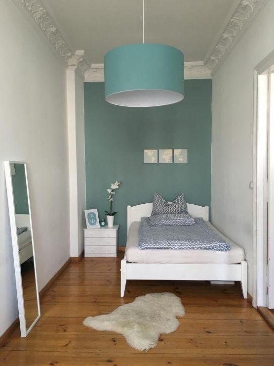 Wunderschönes Zimmer mit Dielenboden, Wand in Türkis und - schlafzimmer gestalten in trkis