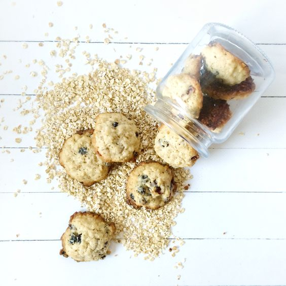 Ich LIEBE Haferflocken-Kekse! Sie dürfen bloss nicht zu trocken sein. Diese hier sind einfach perfekt!  Die getrocknet Beeren lassen die Kekse superfruchtig werden. Zuerst h…
