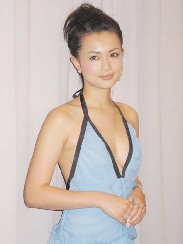 青いドレスを着た長谷川京子