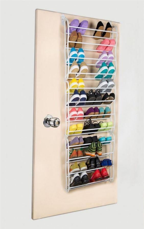 Étagère à suspendre à une porte pour ranger les chaussures  http://www.homelisty.com/rangement-derriere-porte/