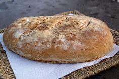 Un bon pain de campagne maison, sans machine à pain. Ingrédients pour un gros pain: 500g de farine semi-complète 10 g de levure de boulanger 1cuillère à café de sel fin 20cl d'eau tiède Préparation : Diluer la levure dans 3 cuill. à soupe d'eau tiède....