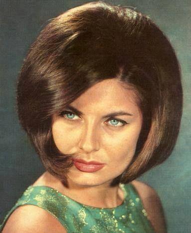 """Quem não se recorda da lindíssima e talentosa Madalena Iglésias, que nos encanta a cantar a canção """"Ele e Ela"""" que no final do Festival da RTP em 1966, se classificou em 1º lugar com 81 pontos.   É para nós uma honra informar que sábado, dia 14 de Junho, às 17h00 decorrerá uma sessão de autógrafos no Vitória Stone Hotel!   (http://bit.ly/1o8V1vR)"""