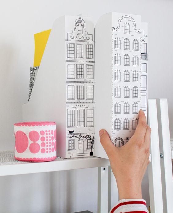 Voici une idée rangement super simple à faire et jolie comme tout : il vous suffit d'imprimer, découper et coller ces façades à télécharger sur des porte-revues Ikea pour voyager au bureau jusqu'à Amsterdam !