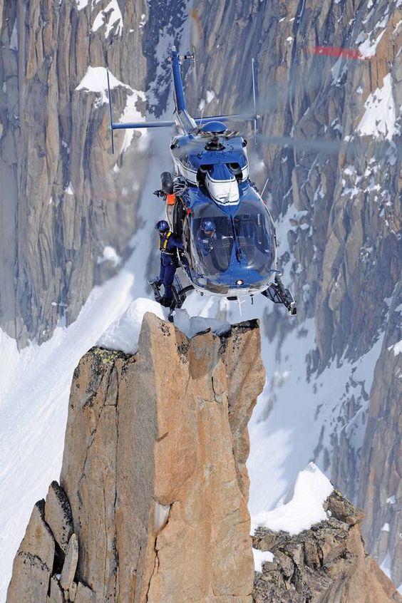 渓谷を飛ぶヘリコプター