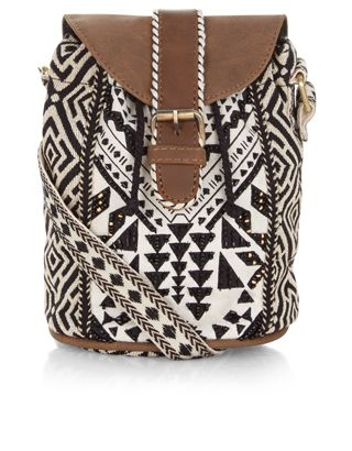 Heben Sie sich stilvoll von der Menge ab mit unserer kompakten Olenna Crossbody-Tasche mit unifarbenen Mustern und schwarzer und goldfarbener Perlenverzierung. Mit verstellbarem Schulterriemen.