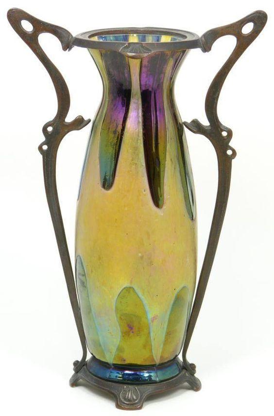 Vaso (cristal). Johannes Loetz. Art Nouveaux, 1900. Vidrio iridiscente con montura en peltre de diseño art nouveau que nos recuerda la diadema de la Reina Narissa de la película Encantada.