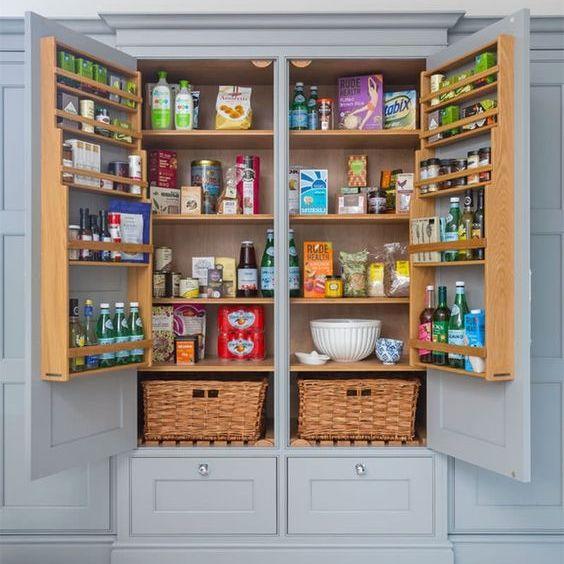 펜트리장 펜트리장의 뜻은 원래 식자재 등을 보관하는 저장고로 주방에 딸린 저장고로 냉장고에 보관하지 않아도 되는 식자재들이나 각종 주방기구들을 보관하는 곳이라 합니다 부엌리모델링 팬트리 만들기 부엌 아이디어