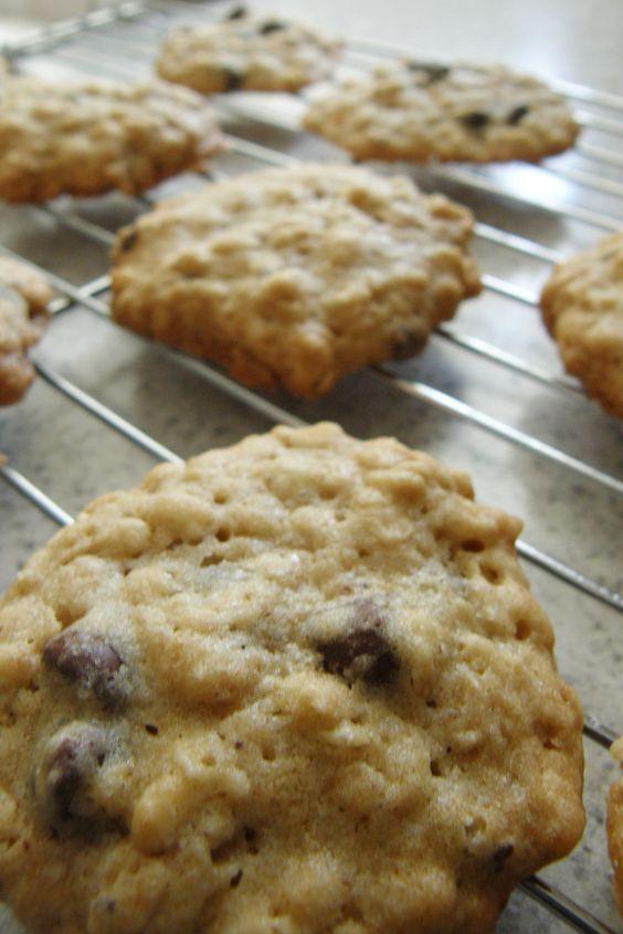 Deliciosa y fácil receta de galletas de avena con chispas de chocolate. Puedes cambiar las chispas de chocolate por pasas o nueces.
